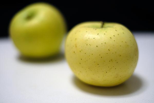 新しく買ったカメラで撮る最初の一枚は林檎