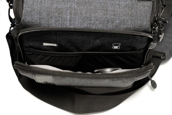 コンパクトなカメラバッグのフロントポケット